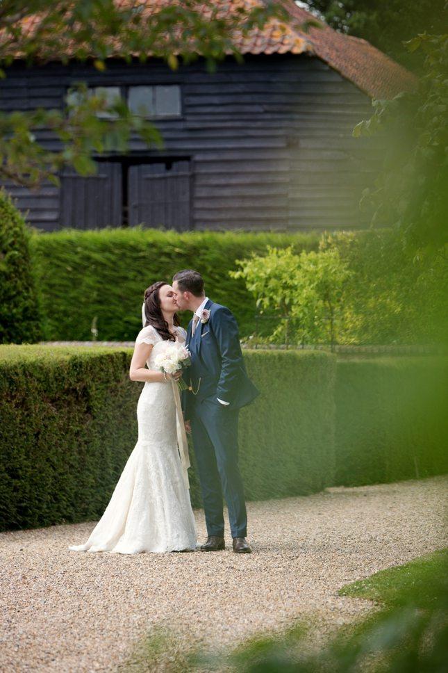 posing-for-your-wedding-photos-0013